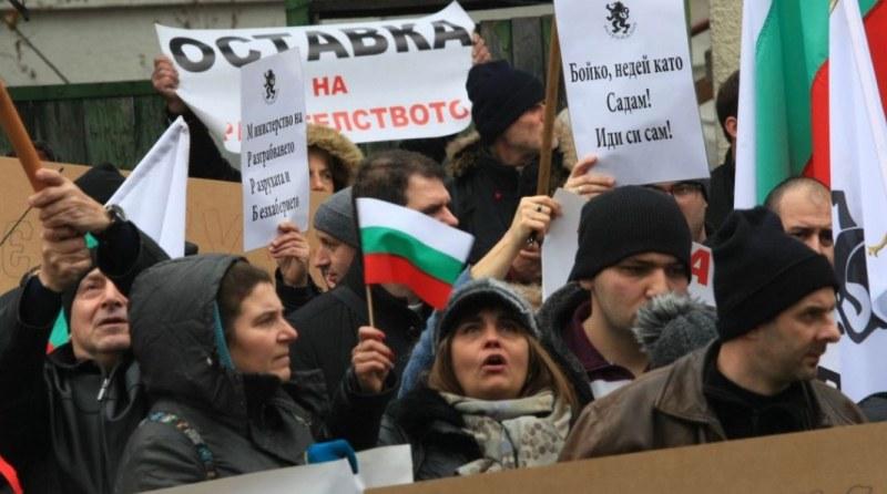 40 обгазени по време на протеста пред МРРБ