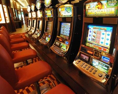 Жена се ядоса на машинка в казино, потроши я