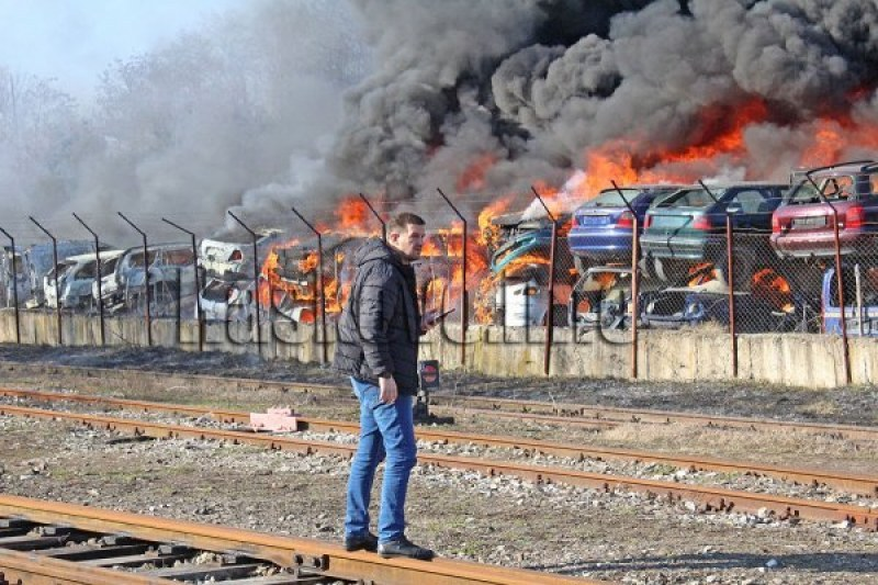 РИОСВ влиза в изгорялата автоморга край Хасково