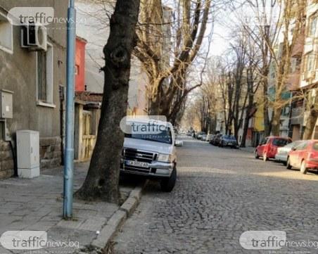 Пловдивските улици отесняха: Газим тротоари и закони