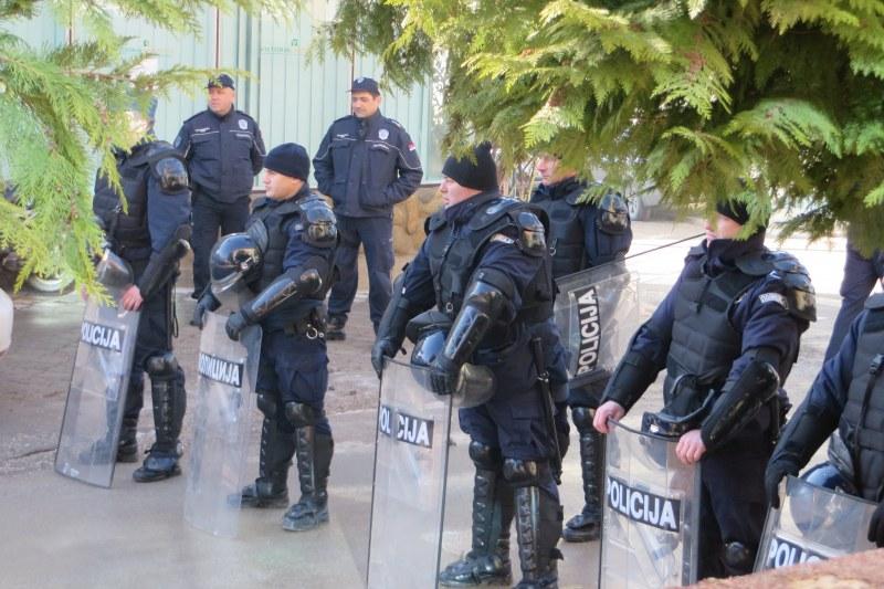 Полиция и жандармерия блокираха врачанско село