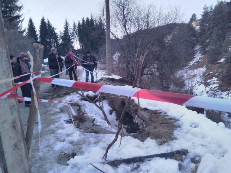 Предприемат спешни мерки за укрепване на пътя към село Ситово