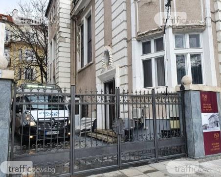 """Полицейската блокада пред """"Нове Холдинг"""" продължава – достъпът до сградата е ограничен"""