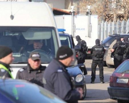 Мащабна акция! Полиция блокира две села