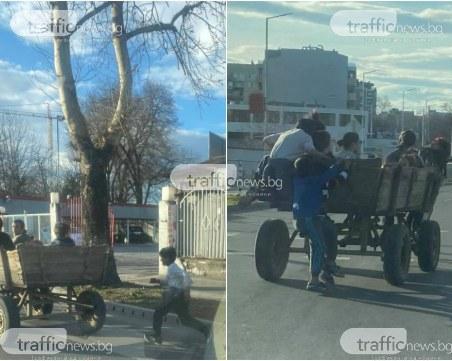 Игра със смъртта в Пловдив: Дечурлига скачат от каруца в движение на оживен булевард