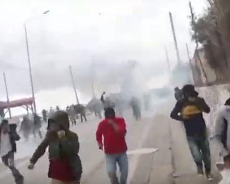 Сблъсъци в Гърция! Мигранти протестират, полиция ги усмирява с газ