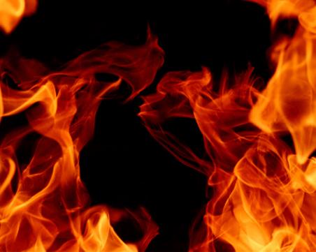 Мъж запали апартамента на майка си, издирват го