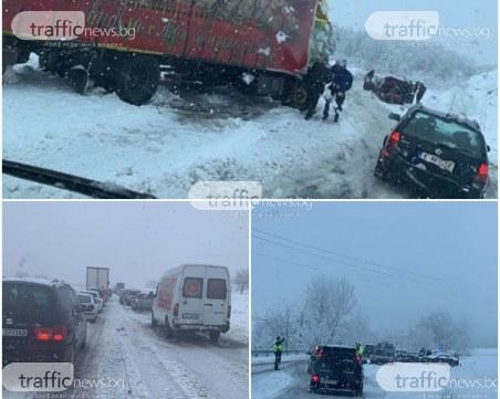 Блокада на пътя за Маказа заради снега, колите са по канавките