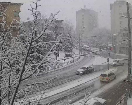 Нови капризи на времето: снежна буря, придружена с гръмотевици