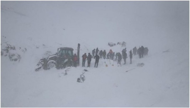 Две лавини паднаха в Турция! Загинаха спасители и пътници в затрупан бус