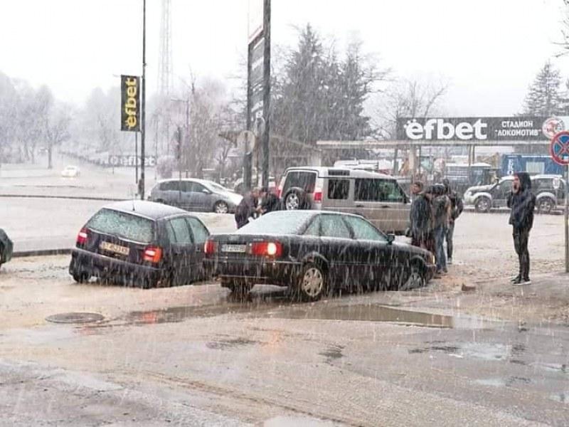 Голяма дупка почти погълна две коли в Горна Оряховица