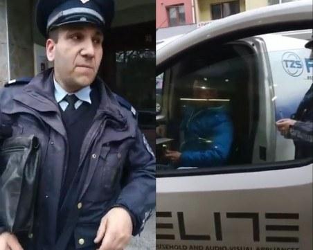 Нелепо! Гражданин моли полицай да си върши работата, той се чуди как да се измъкне
