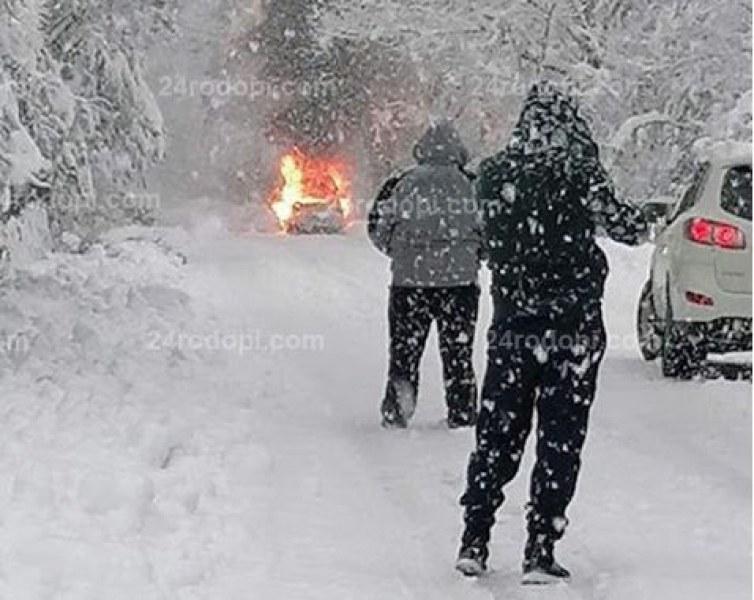 Кола пламна в движение, затвори пътя Бенковски – Златоград