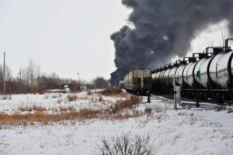 Влак, пълен с петрол, се запали в Канада