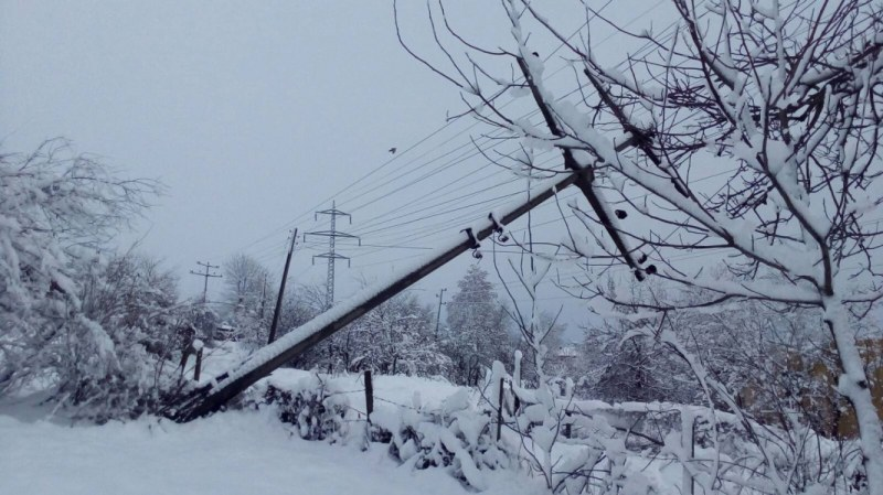Десетки села са без ток трети ден