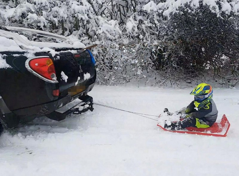 Мъж тегли с кола шейна с дете! Чака го солидна глоба
