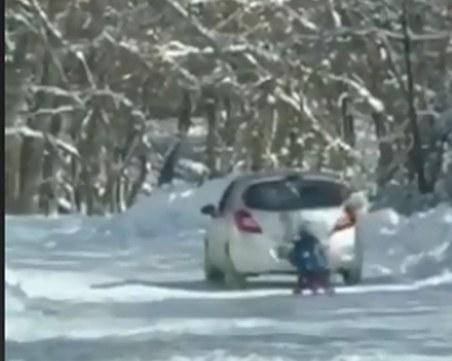 3 бона глоба за бащата, теглил сина си с кола