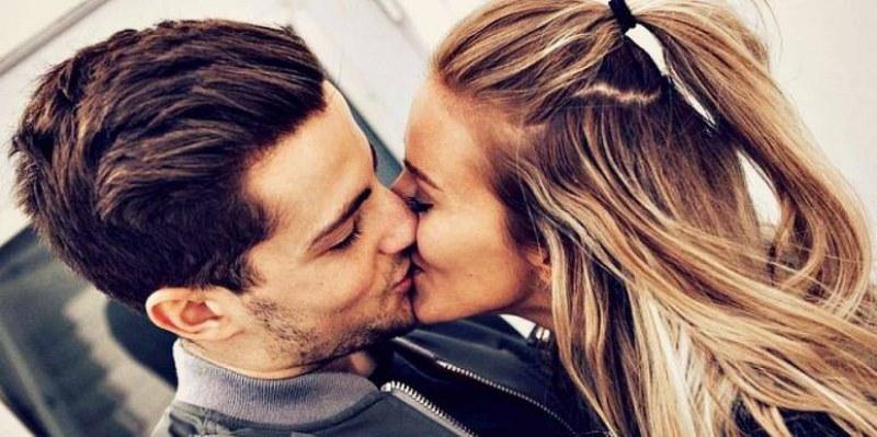 Раздават театрални билети срещу целувка в столичен театър