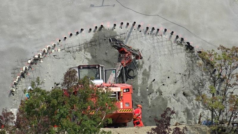 Скална маса се свлече и затрупа работник в тунел