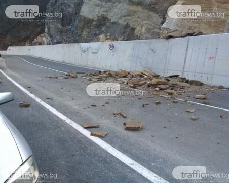 Камъни засипаха ремонтирания път Кричим – Михалково