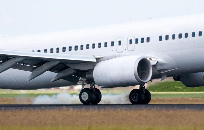Колесник на самолет се запали, евакуираха пътниците