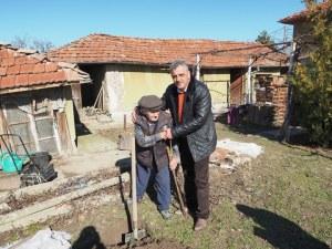 107-годишният дядо Георги сади череша в село Бенковски