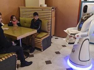 Робот-сервитьорка заработи в Кабул