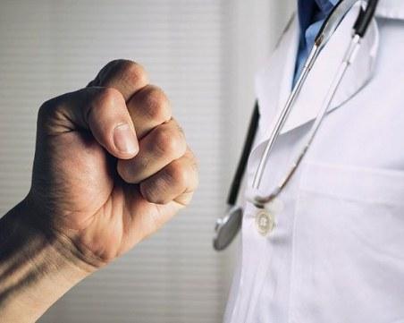 Мъж се нахвърли върху лекари от Спешна помощ