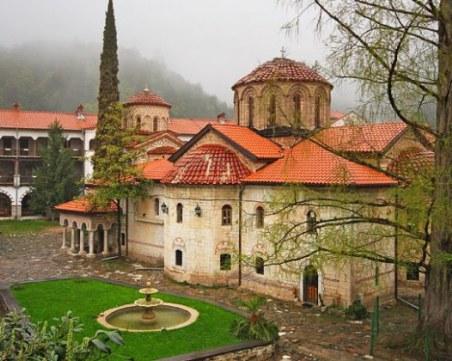 Нагло! Хванаха двама да крадат монети от Бачковския манастир