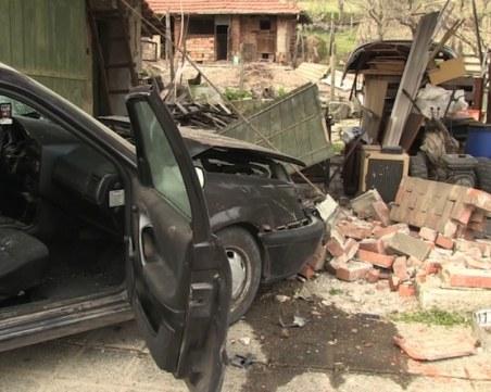 Пиян и без книжка се заби в ограда на къща в село до Хасково