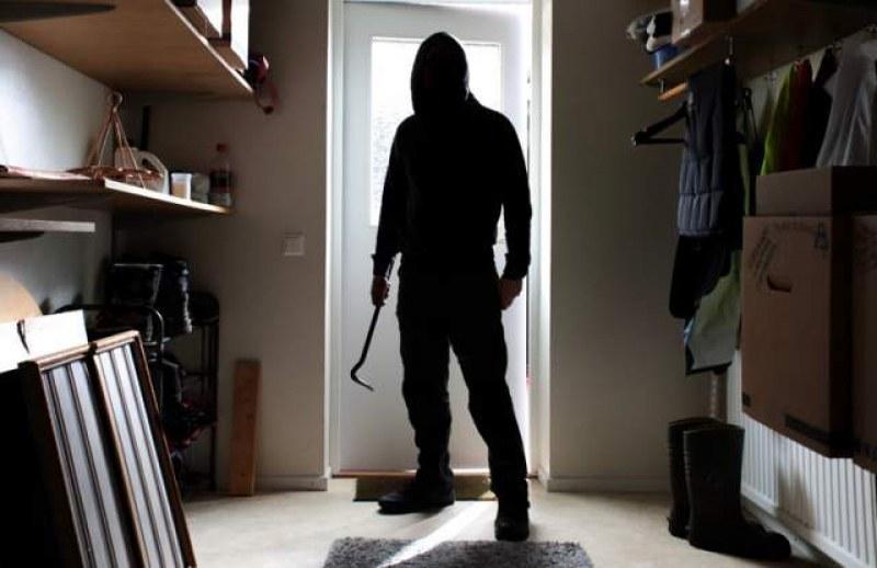 Мъж нахлу в дома на възрастна жена и задигна дамската й чанта