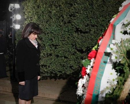 Караянчева: Радев доказа, че дълбае разделителни линии дори пред паметника на Левски