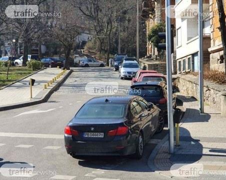 Нагло паркиране! Шофьор препречи пешеходна пътека в Пловдив, прати пешеходците на булеварда