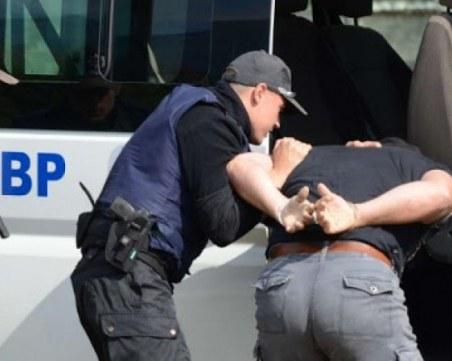 Задържаха двама младежи за побой и обир на таксиметров шофьор