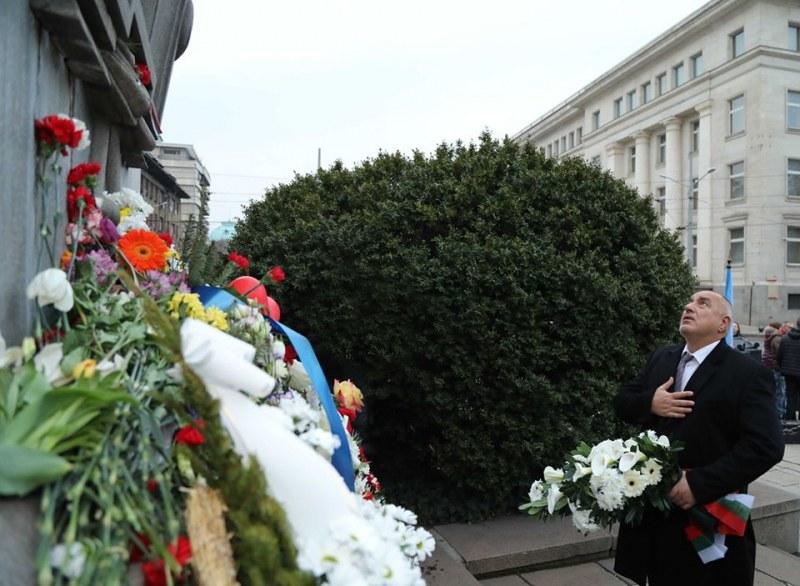 Бойко Борисов постави цветя на паметника на Васил Левски