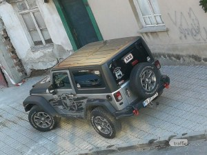 Джип се разположи кралски върху чисто нов тротоар в центъра на Пловдив