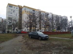 Опасно! Шофьори газят полянка до детска площадка в Пловдив