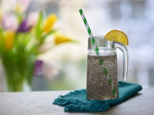 За какво помага нашумялата детокс напитка с вода, семена от чиа и лимон?