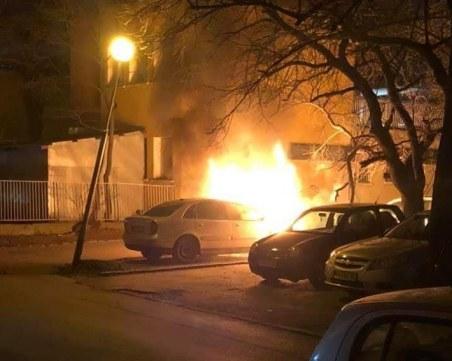Автомобил се запали в Пловдив, пламъците застрашават съседни коли