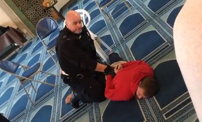 Мъж бе намушкан с нож в джамия в северен Лондон