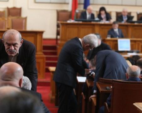 На косъм от бой в парламента! Разтърваваха Патриотите