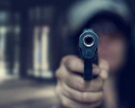 Полицай простреля охранител, който го заплашил с нож