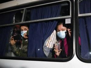 Нападнаха автобуси в Украйна, превозващи евакуирани от Китай