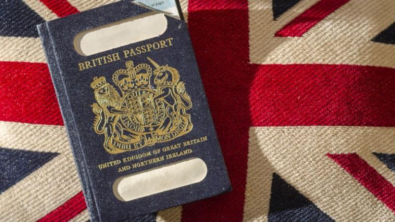 Лондон връща сините паспорти