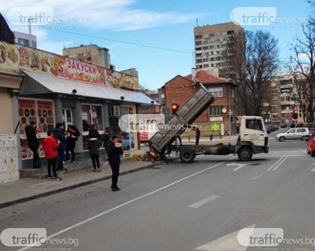 Камион стовари нарязани дърва на тротоар в центъра на Пловдив