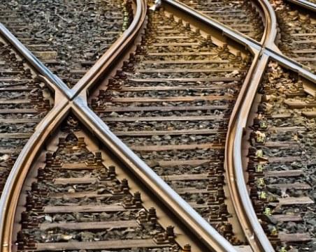 Тир падна на жп релси и спря движението на няколко влака