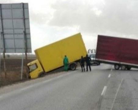 Ураганен вятър усука камион на магистрала