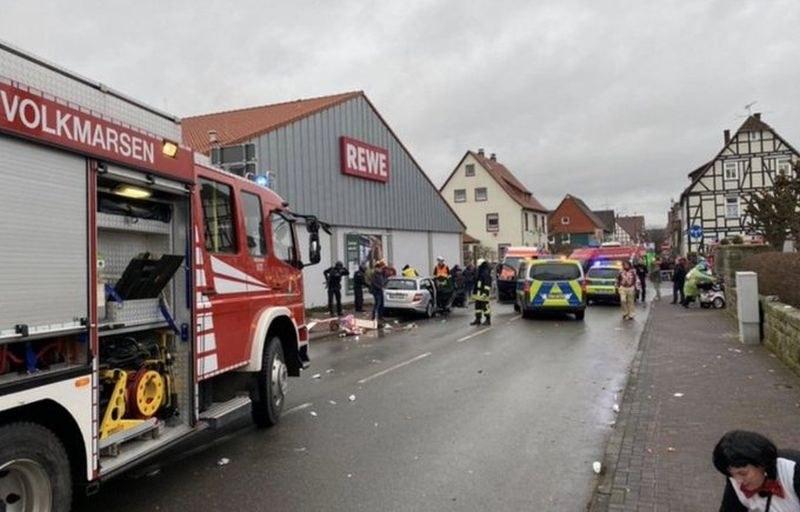 Автомобил се вряза в карнавално шествие в Германия, 15 човека са ранени