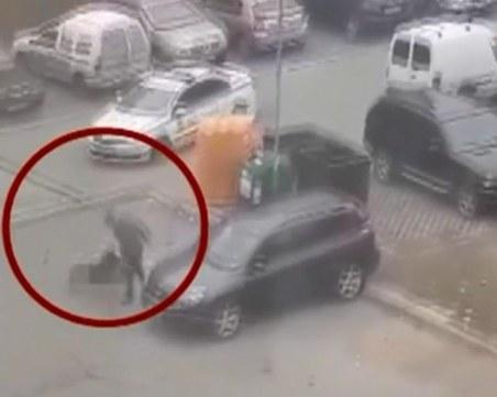 Брутално! Пребиха с бухалка мъж на паркинг