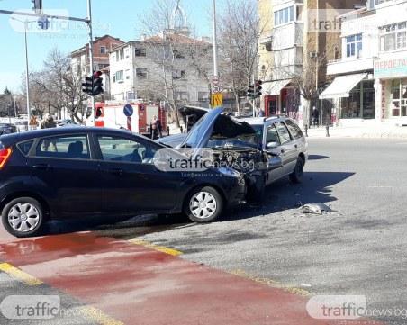 Тежка катастрофа в центъра на Пловдив! Медици преглеждат жена и детето й